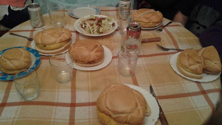 Panecillos y tortilla para degustar en un Domingo de Ramos/ Archivo