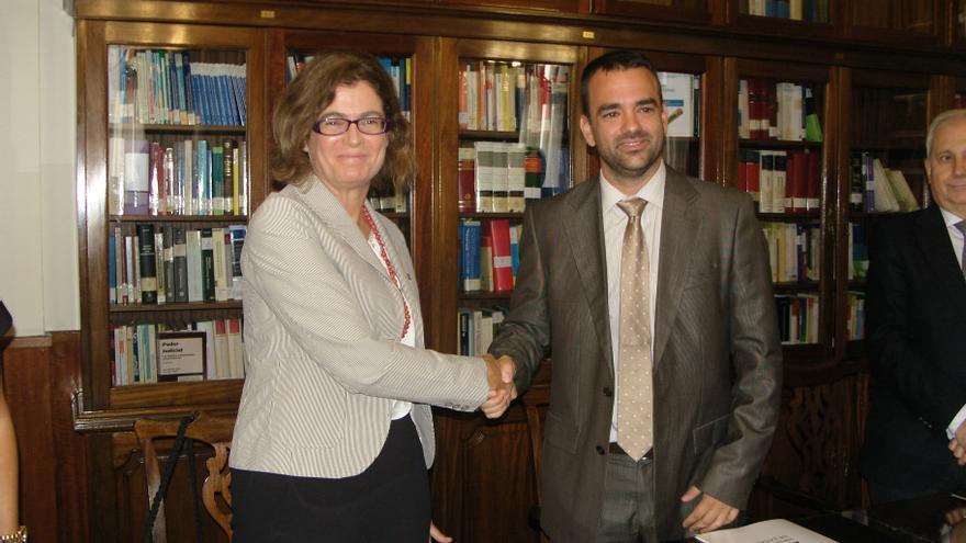 El consejero de Presidencia, Justicia e Igualdad del Gobierno de Canarias, Aarón Afonso, y la secretaria de Estado de Justicia, Carmen Sánchez-Cortés, han firmado este jueves un convenio de colaboración