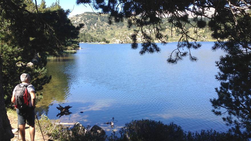 Paseo junto a un lago por el pirineo catalán