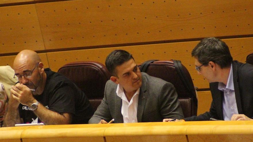 Los senadores de Compromís Carles Mulet (en el centro) y Jordi Navarrete (izquierda) en la cámara alta