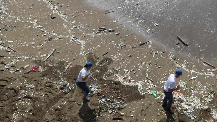 """El Salvador lanza la campaña """"peces come plástico"""" contra la basura en las playas"""