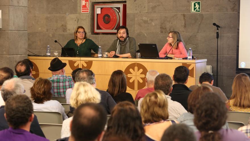 Los diputados de Podemos Meri Pita y Rafael Mayoral, junto a Cecilia Sánchez, miembro de la Plataforma por un Nuevo Modelo Energético