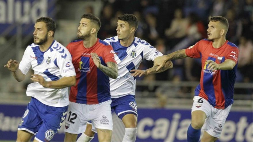 Jugadores del CD Tenerife y el Extremadura durante el partido disputado en el Heliodoro Rodríguez López. CD Tenerife