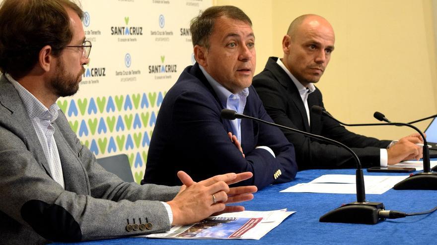 El economista Antonio J. Olivera, el alcalde Bermúdez y el responsable de la Sociedad de Desarrollo, Alfonso Cabello