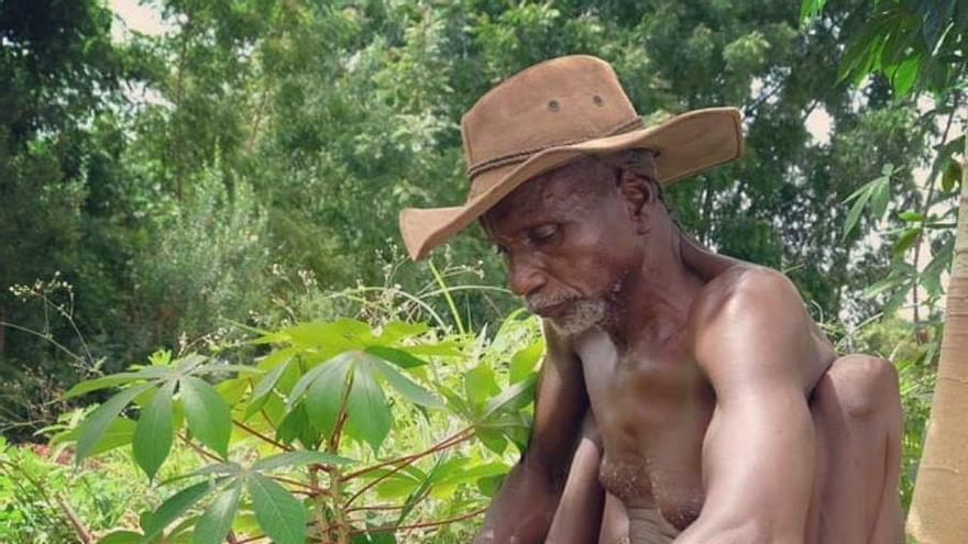 "Daniel Balimà, el protagonista del documental ""The Man of the Trees"", plantando un árbol"