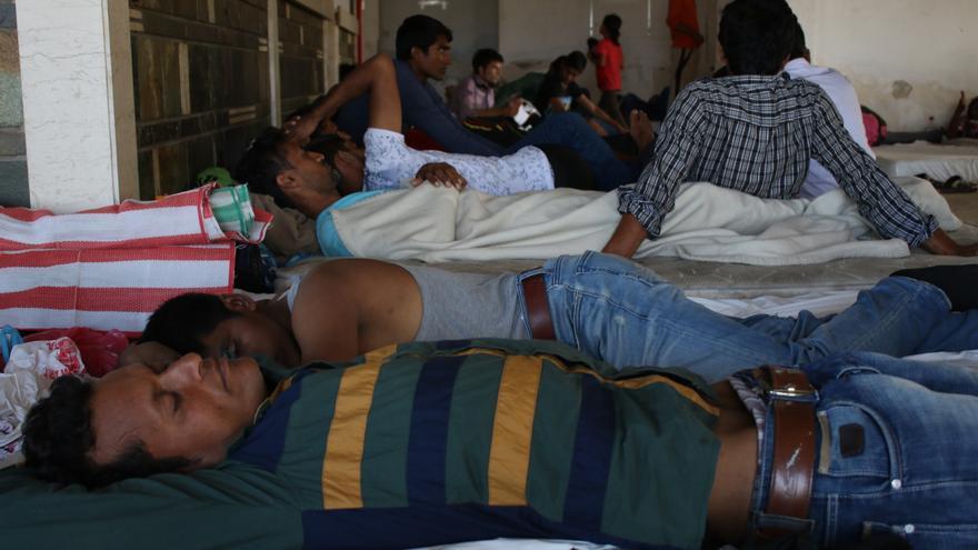 Varios refugiados o migrantes reposan en un hotel abandonado de la Isla de Kos, Grecia/ Aitor Sáez