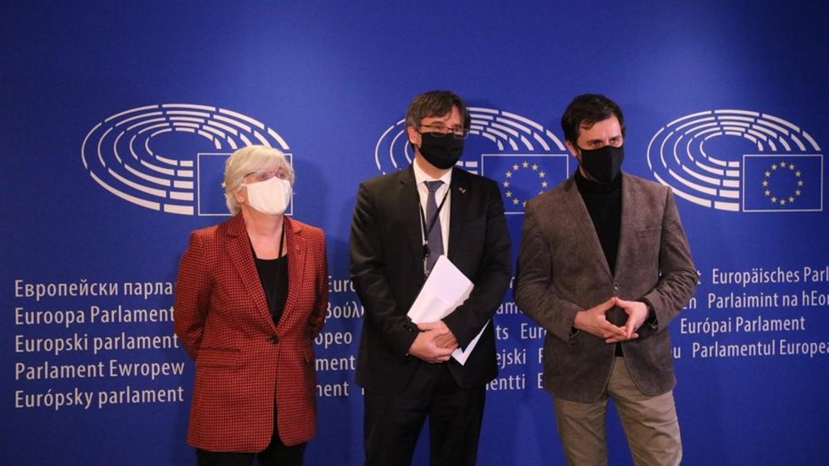 El expresidente de la Generalitat Carles Puigdemont y los exconsellers Toni Comín y Clara Ponsatí en el Parlamento Europeo