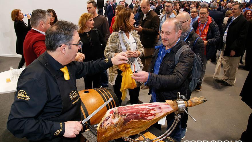 Vuelven las colas a Fitur para probar el jamón de Los Pedroches y el vino de Montilla Moriles