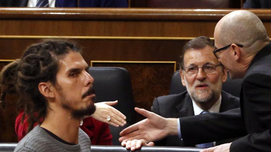 El diputado de Podemos Alberto Rodríguez pasa ante el presidente del Gobierno en funciones, Mariano Rajoy. FOTO: EFE.
