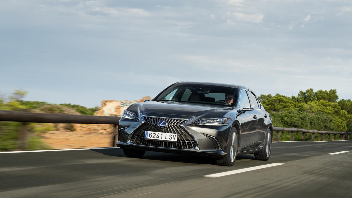 Lexus ES 300h 2022.