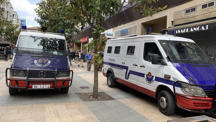 Se retrasa la renovación de 53 furgonetas antidisturbios de la Ertzaintza al quedar desierto el concurso