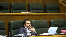 El presidente del PP de Gipuzkoa, Borja Sémper, en la soledad de su escaño en el Parlamento vasco.
