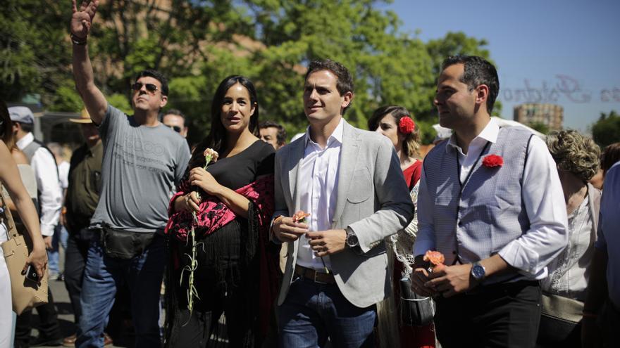 Begoña Villacís y Albert Rivera en la pradera a su llegada a las fiestas de San Isidro en Madrid