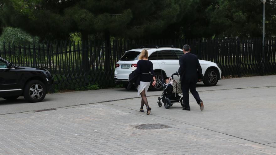 Una familia se dispone a subir a su coche en barrio de Diagonal Mar, el pasado martes por la tarde.