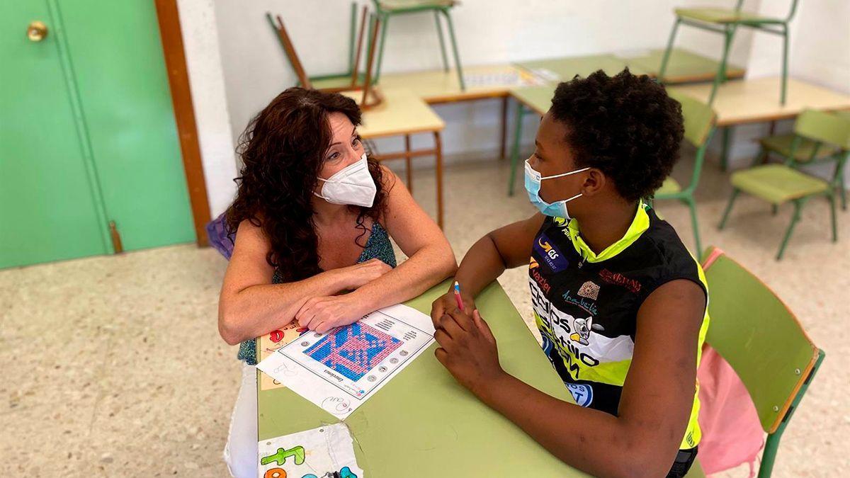 Rocío Ruiz habla con un alumno de las escuelas de verano.