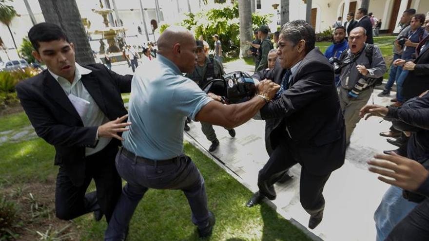 La oposición responsabiliza a Maduro y a la Guardia por ataque al Parlamento