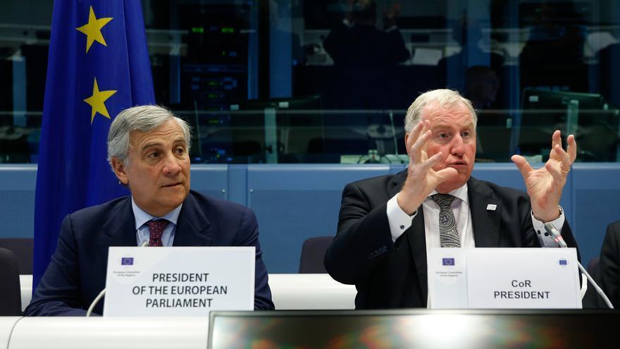 Antonio Tajani y Karl Heinz-Lambertz durante el debate sobre el papel de las regiones en Europa