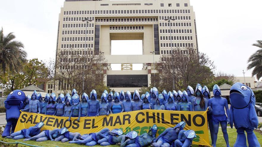 Con los cuerpos pintados se manifiestan en contra de la nueva ley de pesca chilena