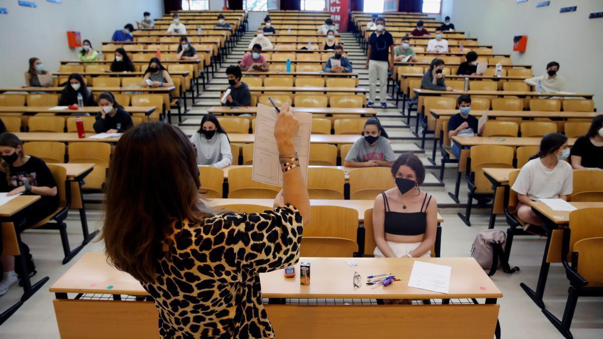 Varios estudiantes antes del inicio de la selectividad.