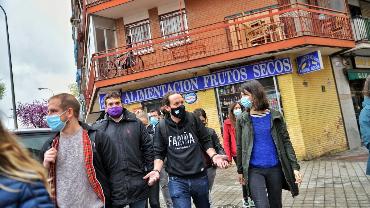 El candidato de Unidas Podemos, Pablo Iglesias, entre su número 2, Isa Serra, y su número 6 y secretario general en la región, Jesús Santos.