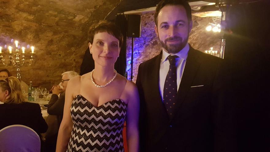 El presidente de Vox, Santiago Abascal, junto a la alemana Frauke Petry.