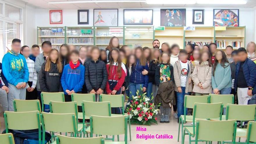 Alumnos del IES Felipe II en una misa evaluable en horario lectivo, algo que contradice la PGA