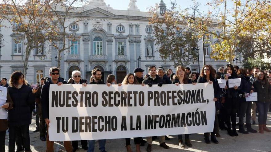 Más de cien periodistas se concentran en Madrid por el secreto profesional tras la incautación de materiales a periodistas de Baleares