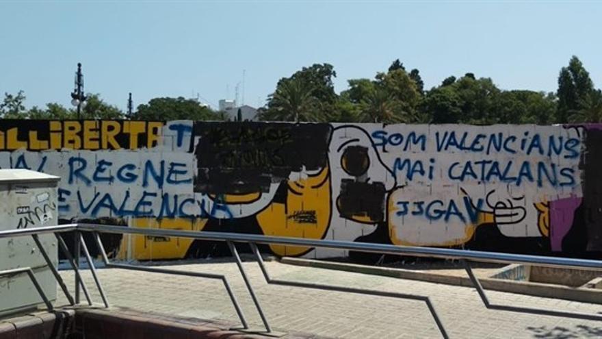 Pintadas de grupos ultras sobre el mural de Elías Taño que critica la sentencia de Alsasua