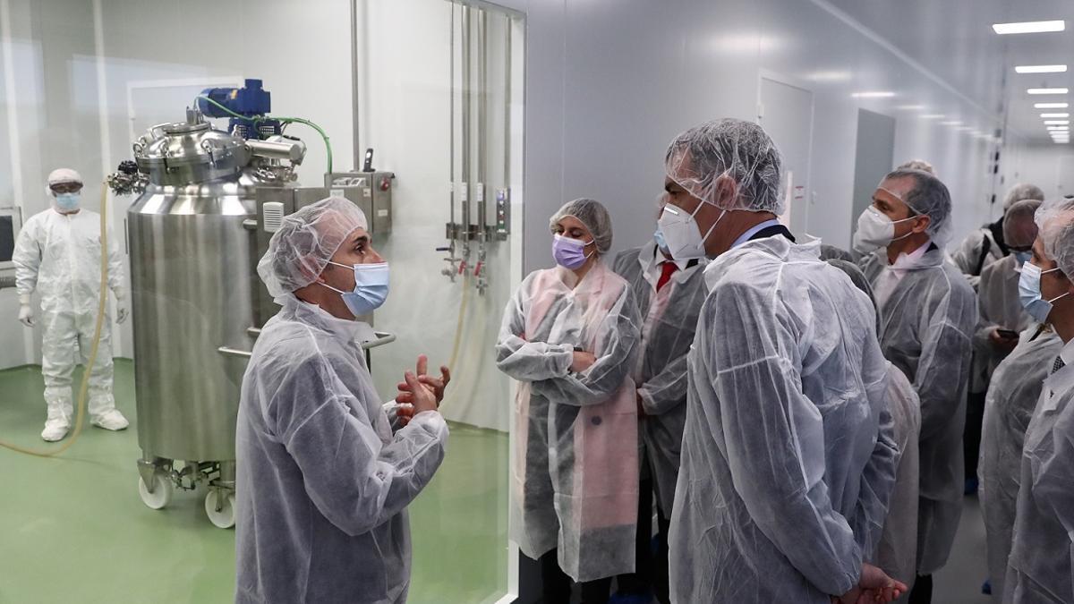 Archivo - Pedro Sánchez visita a las instalaciones de producción de HIPRA