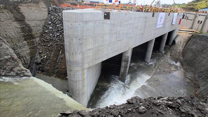 Canal de Panamá pide que contratista confirme para abril entrega de ampliación