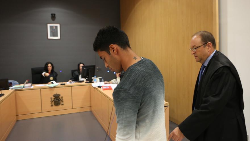 El futbolista de la UD Las Palmas, Sergio Araujo, y su abogado, Lino Chaparro, en el Juzgado de lo Penal número 3 de Las Palmas de Gran Canaria.