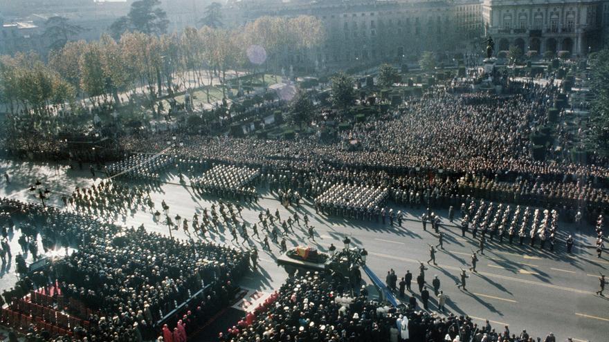 """Madrid, 23-11-1975.- Solemne funeral con misa de """"corpore in sepulto"""" por el eterno descanso del Jefe de Estado, Francisco Franco, en la explanada de la plaza de Oriente. Luego los restos mortales se trasladarán al Valle de los Caidos donde será enterrado. EFE/aa"""