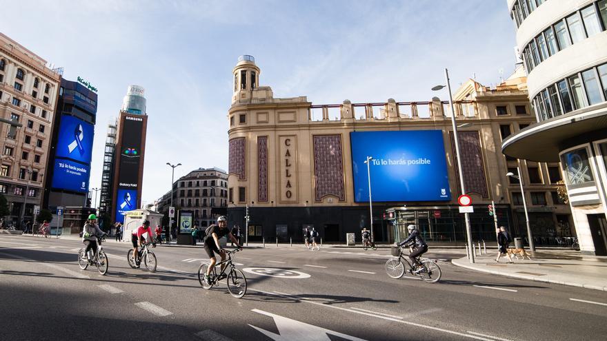 Varias personas realizan deporte en la Calle Gran Vía de Madrid en el segundo día de desconfinamiento durante la Pandemia Covid-19 que ha generado el Estado de Alarma en España. A 3 de Mayo, 2020 en Madrid, España