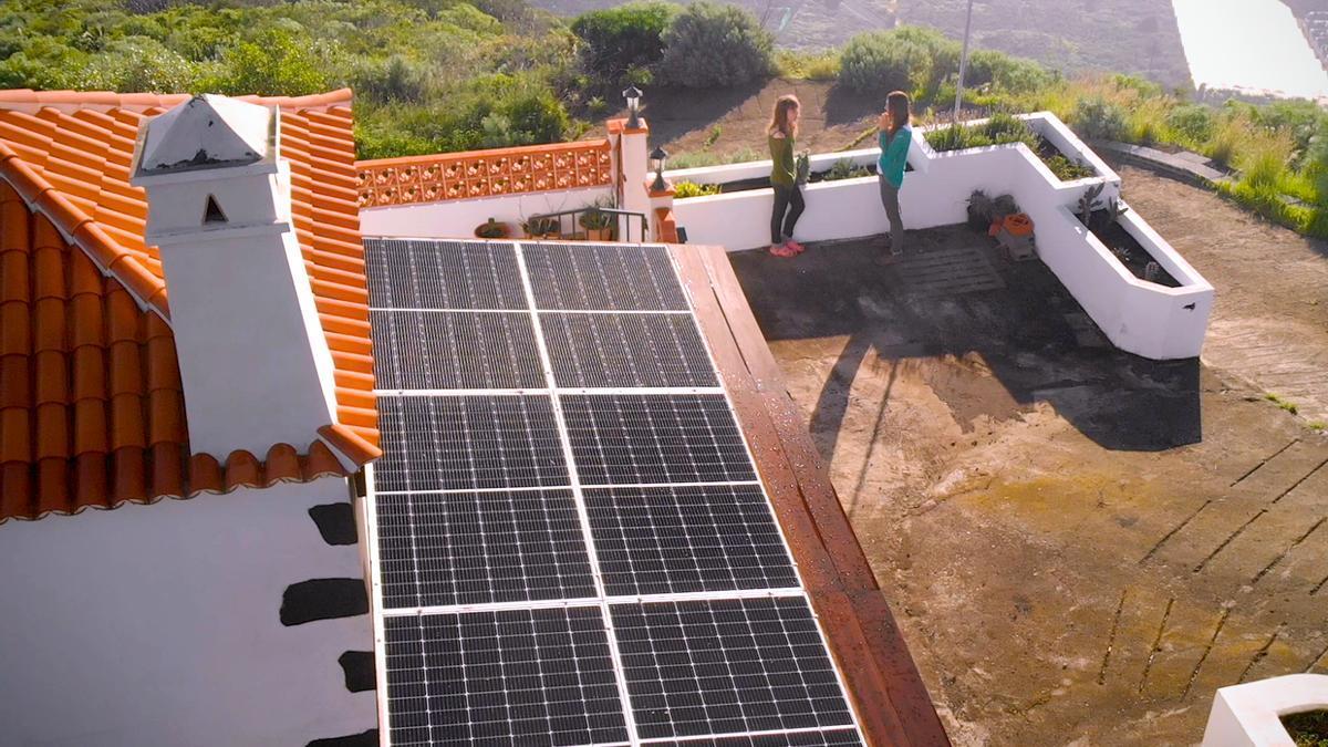 Placas fotovoltaicos en una vivienda de La Palma.