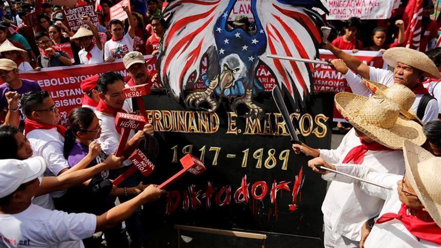 Miles de filipinos en Manila condenan el entierro de Marcos como un héroe