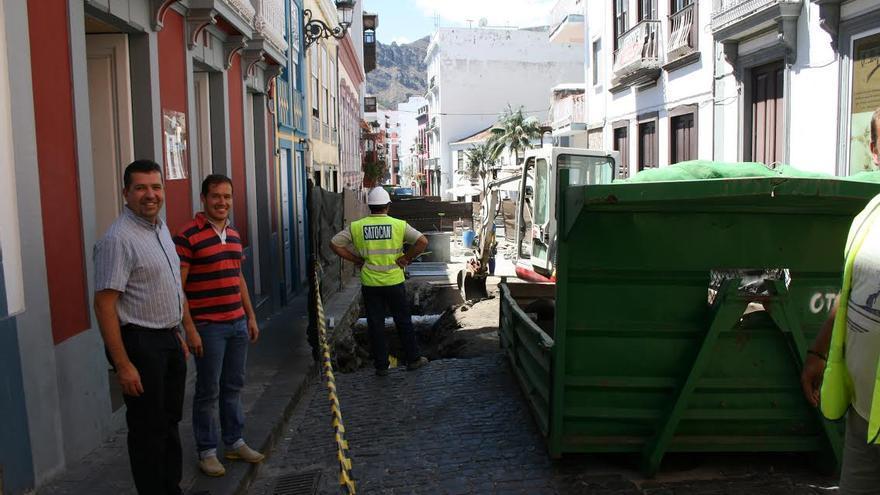 El alcalde de la capital y el consejero insular de Empleo y Desarrollo Económico, este martes, en la obra de la Calle  Pérez de Brito.