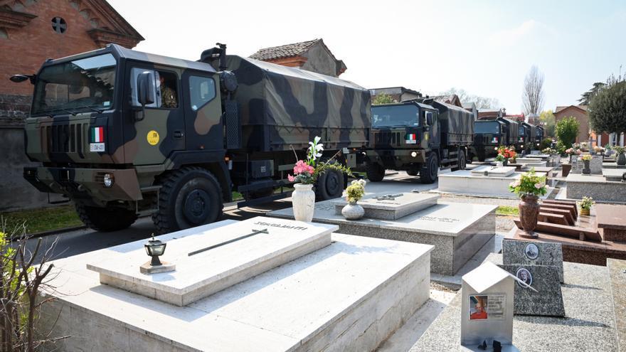 Vehículos militares transportan cuerpos de Bérgamo a al cementerio de Ferrara