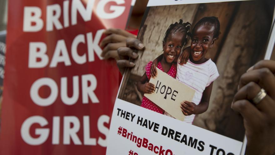 Carteles de protesta en una manifestación en Londres para exigir al gobierno nigeriano que encuentre a las niñas desaparecidas © AP Photo/Alastair Grant