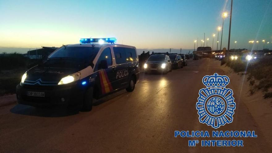 Interceptados 19 marroquíes, tres menores, de una patera llegada a la playa de Cortadura de la capital