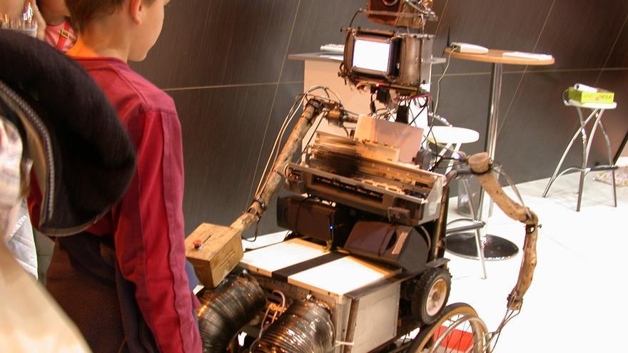El robot PaCo regaló poemas hace una década a cambio de unos versos
