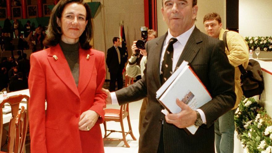 El presidente del Banco Santander, Emilio Botin, junto a su hija Ana Patricia, tras finalizar la junta general de accionistas del banco en 1999 / Foto: EFE