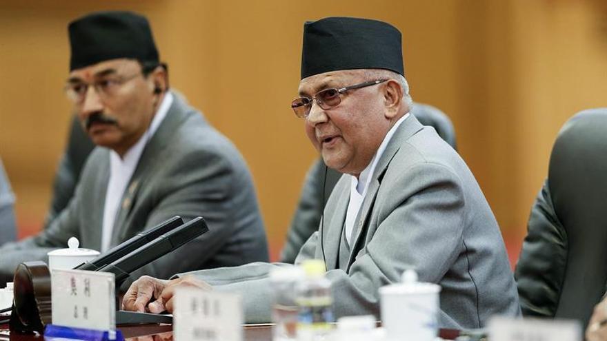 El primer ministro nepalí dimite antes de votarse una moción de censura