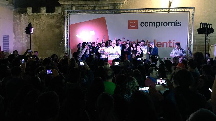 Los miembros de Compromís celebran los resultados electorales obtenidos en la Comunitat Valenciana