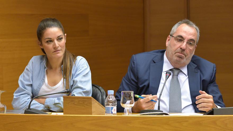 Vicente Cotino, sobrino del expresidente de las Corts Juan Cotino, junto a Mireia Mollà (Compromís) en las Corts