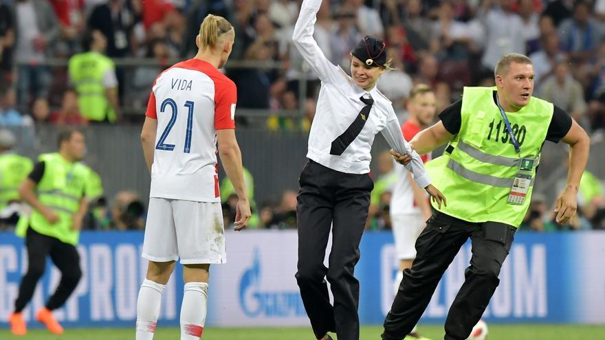 Integrante de Pussy Riot salta al campo durante la final del Mundial en Rusia