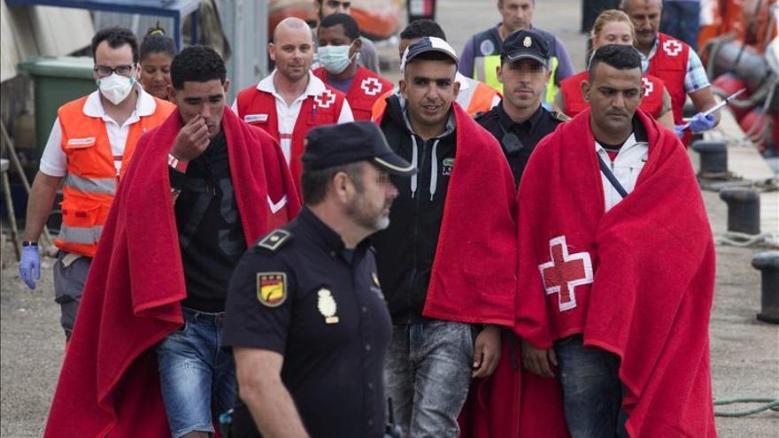 Dos pateras con 16 inmigrantes, cinco menores, llegan a la costa de Cartagena