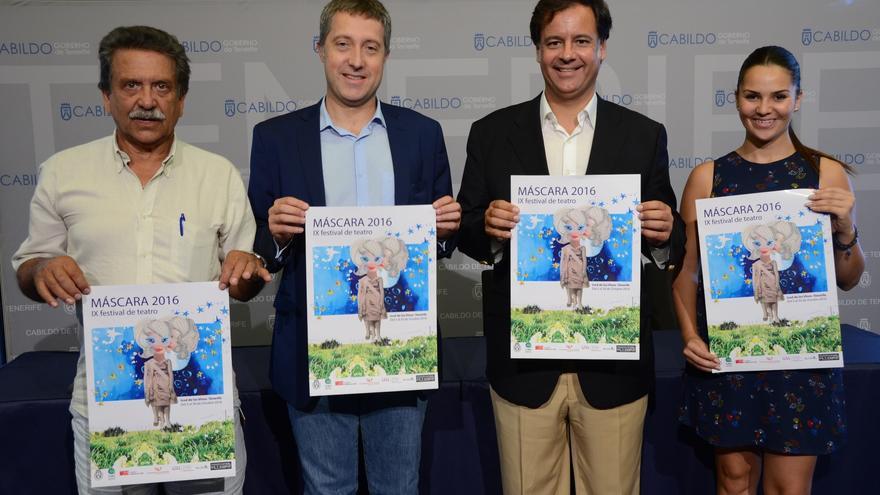 El alcalde de Icod (tercero por la izquierda), junto a los organizadores del festival Máscara