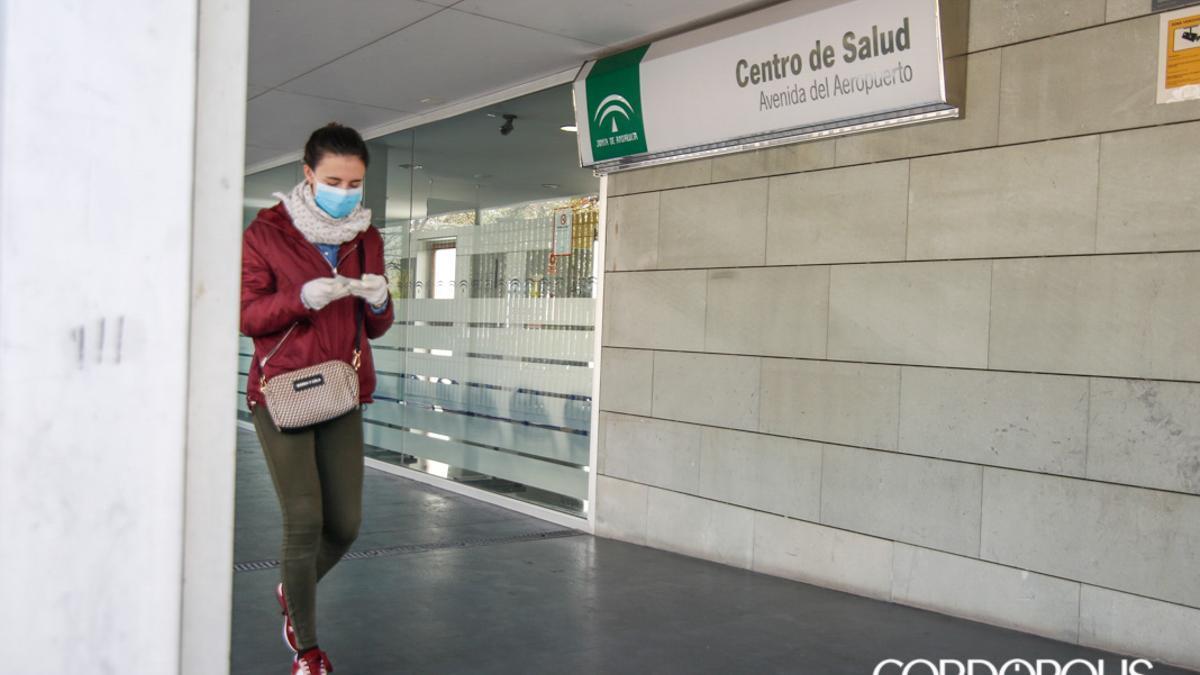 Una mujer en el Centro de Salud de la avenida del Aeropuerto.