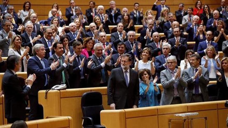 Rajoy, siempre aplaudido por los suyos.EFE. Chema Moya