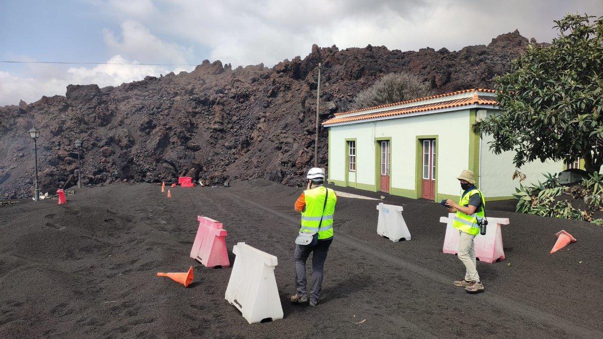 Colaboradores del Involcan realizando trabajos de geomorfología volcánica de coladas de lava y análisis de riesgos.